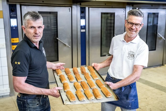 Bakker Ruud van de Ven (links) en banketbakker Dorus Jaspers hebben een worstenbroodje ontwikkeld waarin bierbostel zit verwerkt.