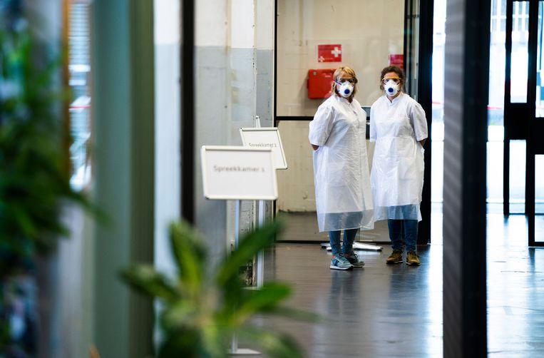 Medewerkers op een testlocatie van de GGD Amsterdam. Beeld ANP