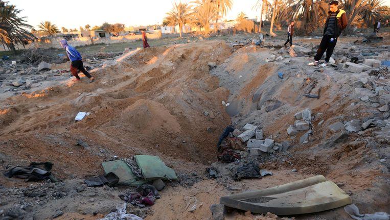 Libische jongeren bekijken de schade na de Amerikaanse luchtaanval. Beeld AFP