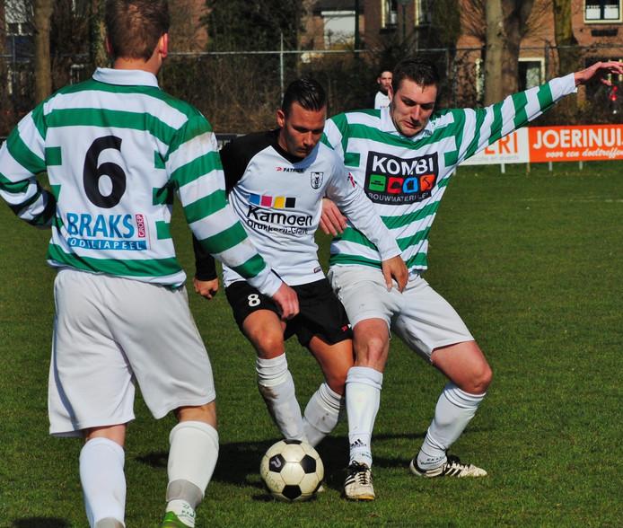 Een speler van GVV'57 aan de bal tegen Odiliapeel.
