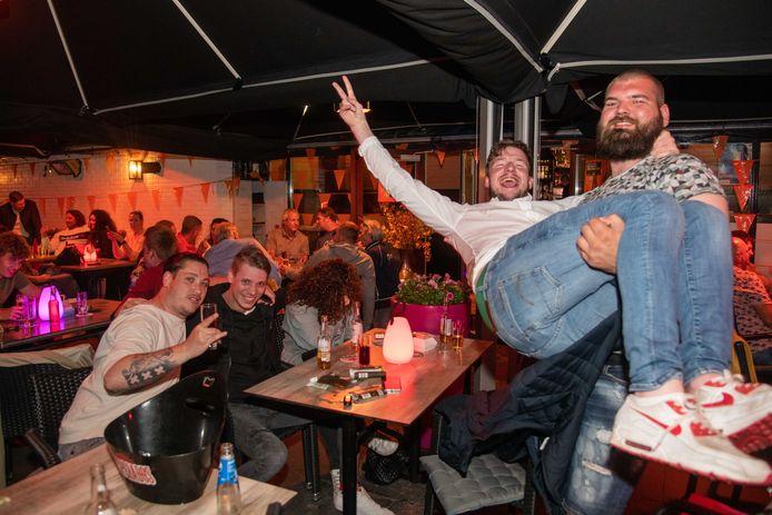 Bij Dutch Pub De Zaak in Nunspeet zit de sfeer er goed in op het terras, tijdens op de eerste avond dat er geen coronabeperkingen meer gelden.