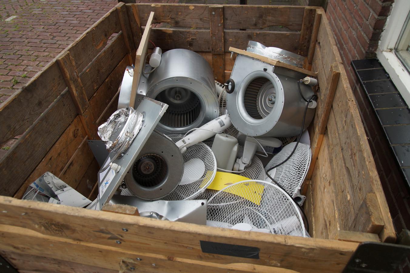 Diverse kweekapparatuur werd in beslag genomen.