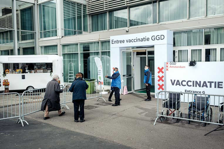 De GGD-vaccinatiestraat in de RAI draait nog niet op volle kracht. Beeld Jakob van Vliet