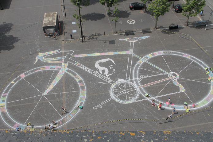 Hein Denturck tekende een fiets van 40 op 24 meter, die de lokale scholieren mochten inkleuren.