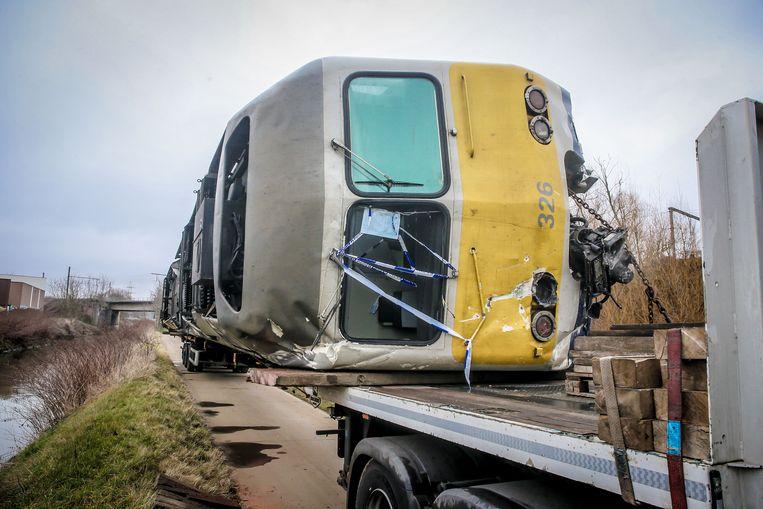 De beschadigde treinwagon wordt weggesleept. Beeld