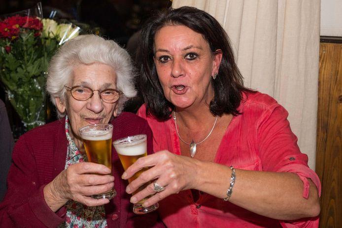 Robertine Houbrechts (97) met haar vertrouwde 'fluitje' én haar favoriete cafébazin Fanny Waegemans.