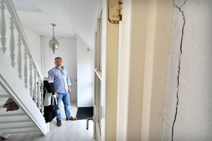 Hij trok het felst van leer tegen het provinciebestuur rond het kanaaldrama. Nu is Erik Veltmeijer zelf gedupeerde. Ook het Zwolsekanaal lijkt lek. Acht huizen hebben schade.
