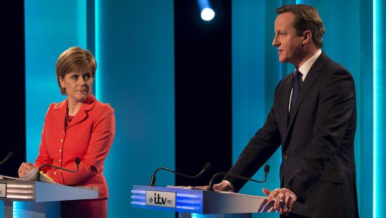 Nicola Sturgeon van de Schotse Nationale Partij en David Cameron tijdens het tv-debat. Beeld REUTERS
