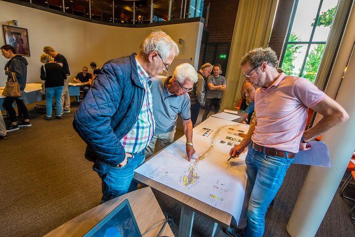 In het gemeentehuis praatten inwoners van Borne recent mee over de herinrichting van de Europastraat.