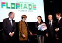 Rapper Ali B droeg in 2012  de vlag over aan burgemeester Annemarie Jorritsma van Almere tijdens de slotceremonie van de Floriade in Venlo.