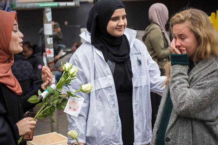 Danique is ontroerd door de warme knuffel van Suheda Yilmaz. Beeld Maarten Brante