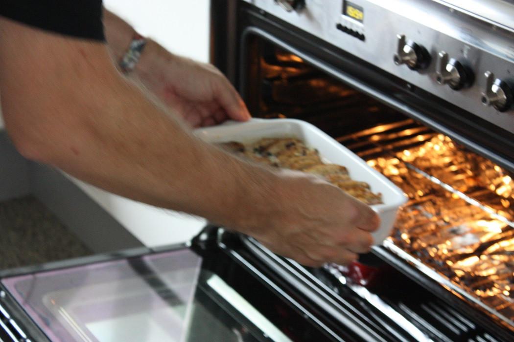 De oliebollenpudding is volgens de culinair journalist warm het lekkerst, helemaal met een scheutje cognac eroverheen.