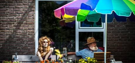 Chris trekt vrolijke aandacht met paspop Nicolien in Beekbergen, maar beetje verdrietig is dit verhaal ook