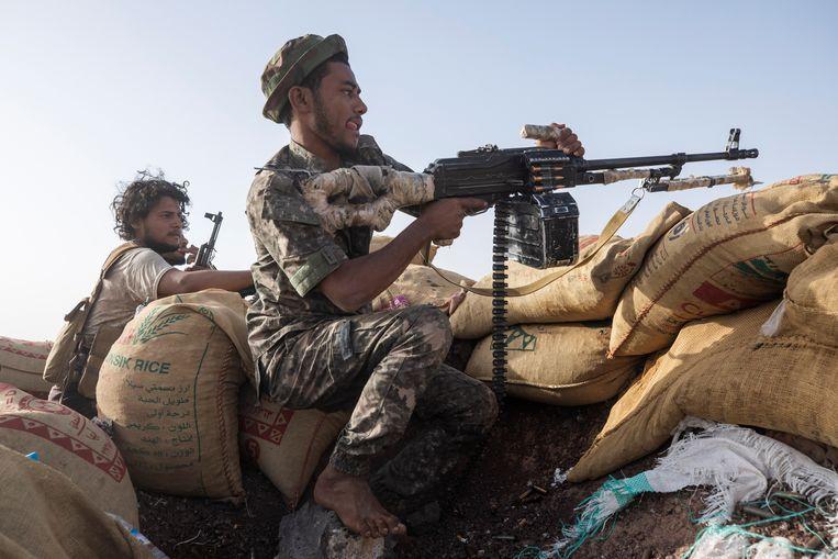 Een Jemenitische regeringssoldaat in de buurt van Marib, waar 2 miljoen vluchtelingen wonen. Beeld AP