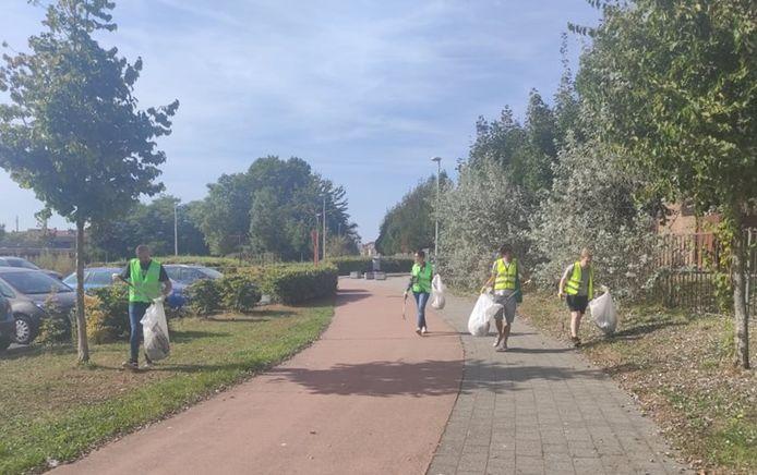 De jongeren ruimen zwerfvuil op in de omgeving van De Klamp.