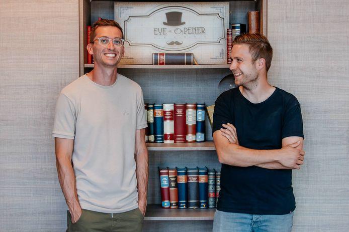 Simon Ariens en Lars van den Dungen, twee jonge ondernemers uit Lommel, met een lach die trots en voldoening verraadt.