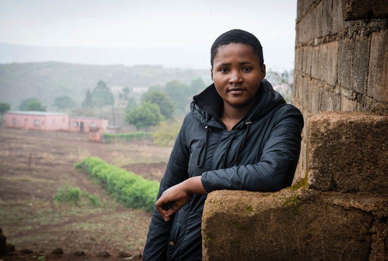 Scholiere Siphiwosethu Nyoni is een van de leiders van het protest tegen koning Mswati III in het oosten van Mozambique. Haar vader werd eind augustus door een politieagent vermoord. Beeld Bram Lammers