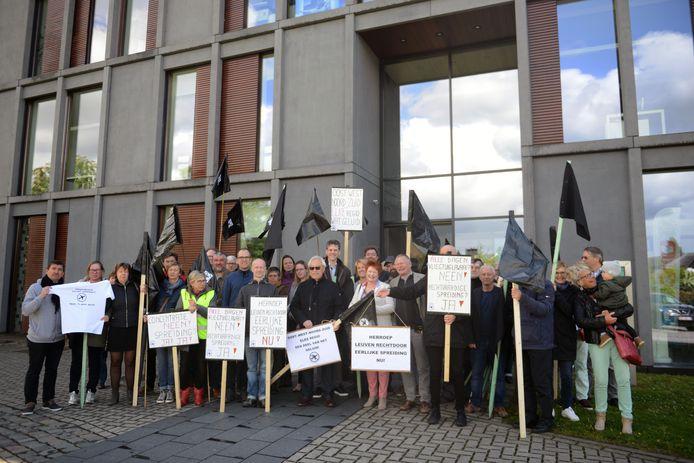 Zwarte vlaggen aan het gemeentehuis in Haacht uit protest tegen vliegroute Leuven rechtdoor.