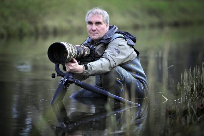 Natuurfotograaf Han Bouwmeester aan het werk in De Wieden. Foto Carlo ter Ellen