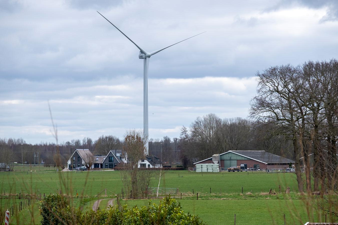De eerste van vier windturbines van Jan van Werven, gezien vanaf de Geldersedijk in Hattem.