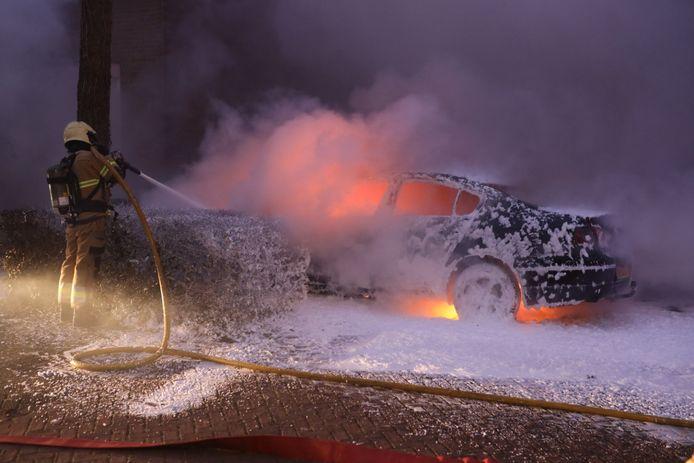 Een auto is op nieuwjaarsdag volledig uitgebrand in Schijndel.