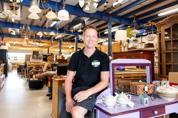 Uitbater Tim Zuman in zijn kringloopwinkel in Oisterwijk.