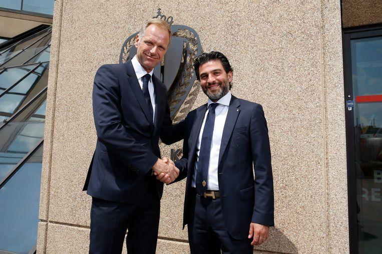 CEO Peter Bossaert schudt Mehdi Bayat de hand bij zijn aanstelling als voorzitter, in juni 2017. Beeld Photo News