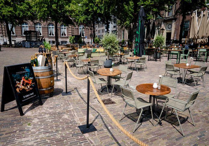 Een leeg terras op het Plein in Den Haag