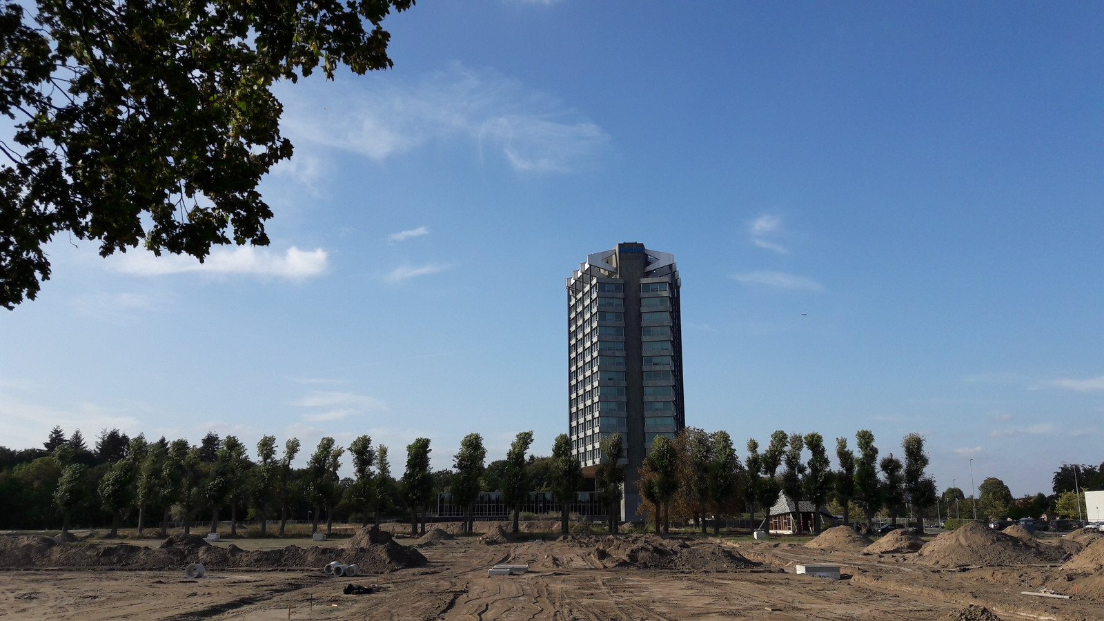 Het Philips-kantoor aan de Boschdijk in Eindhoven met op de voorgrond de bouwgrond voor plan Vredeoord van woningcorporatie Sint Trudo.