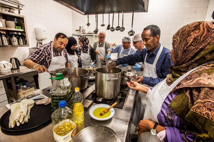 In de Wereldkeuken wordt dagelijks gekookt door een vast ploeg vrijwilligers. Woensdag komen B. en W. van Tilburg koken.