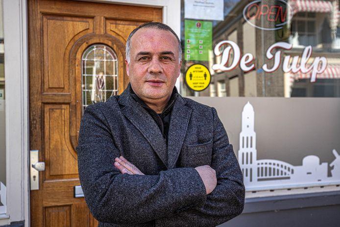 Ozcan Sevgül moest zijn coffeeshop in Zwolle al meermalen sluiten omdat jij geen contant geld kon bestellen om voorraad in te kopen.