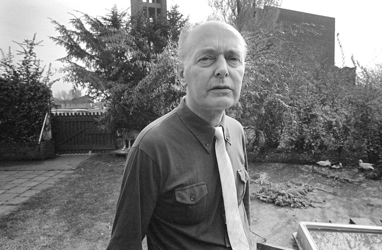 Pastoor Ed Miedema voor de kerk in Schaesberg, 1978.