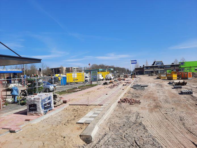 De bouwput rond het station in Etten-Leur. Op de plek waar nu de gele containters staan, stond Chinees restaurant Mei Wah. rechts, op de plek van de groene containers, stond gebouw X-EL. Daar is deze week de bouw gestart van Rock.