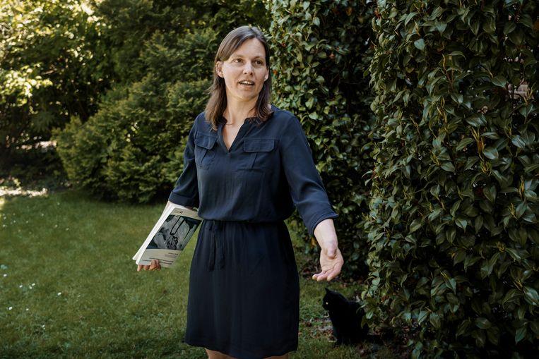 Buurtbewoonster en biologe Wendy D'Hollander, met haar doctoraat uit 2015 waarin ze de PFOS-concentraties in de buurt onderzocht. Beeld © Eric de Mildt