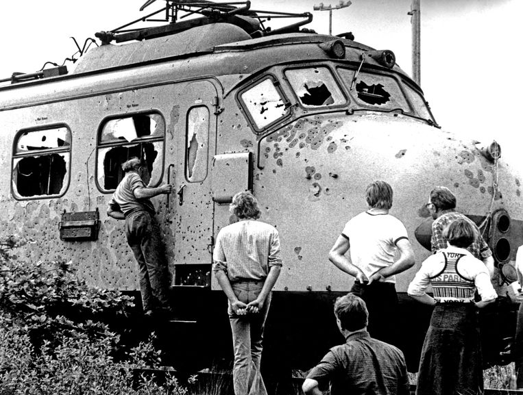 De met kogels doorzeefde trein bij spoorwegovergang de Punt.  Beeld ANP