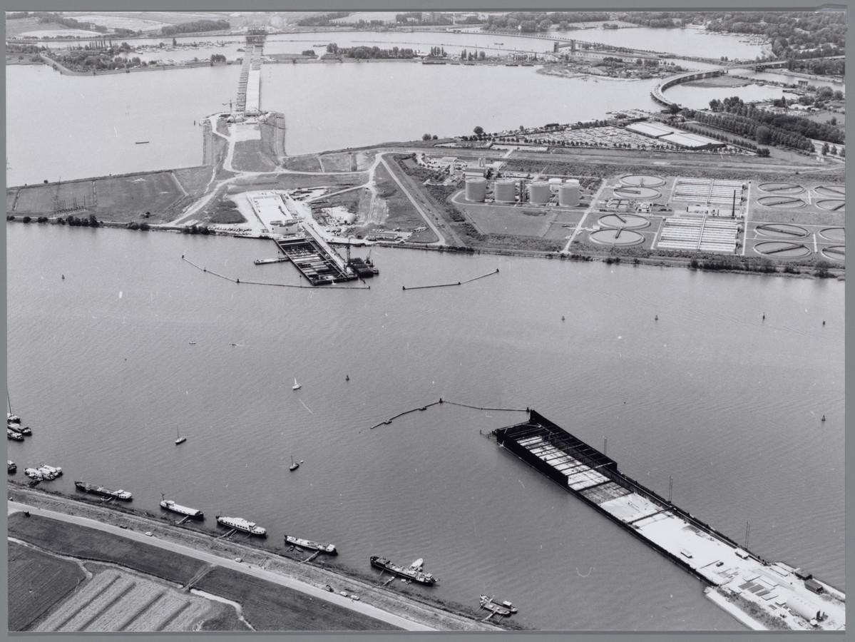 Luchtfoto van de bouw van de Zeeburgertunnel onder het Buiten IJ. Onder: de Schellingwouderbrug, bovenaan: het Zeeburgereiland, rechts boven het Nieuwe Diep en Zuiderzeeweg.