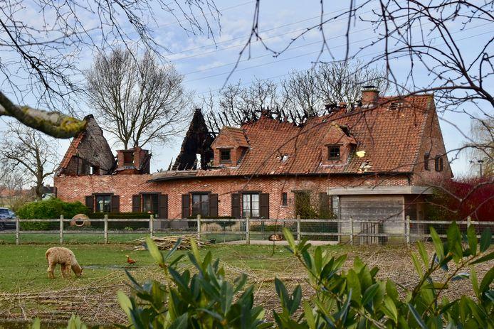 De schade na de nachtelijke brand in de villa langs de Pollepelstraat in Geluwe is immens, zo bleek duidelijk bij klaarlichte dag.