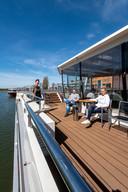 Daantje Daniels (links), Pieter Stavast (midden) en Anouschka Ben-Shitrit (rechts) op het cruiseschip aan de Nieuwe Kade.