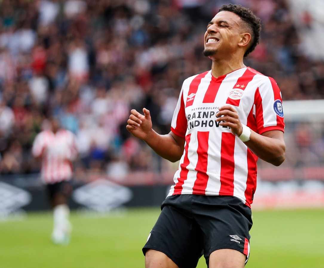 Donyell Malen baalt na een gemiste kans in het thuisduel met Ajax (1-1) van afgelopen seizoen.