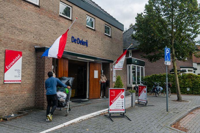 De vlaggen hangen halfstok bij de eurowinkel aan de Oranjelaan in Driebergen.