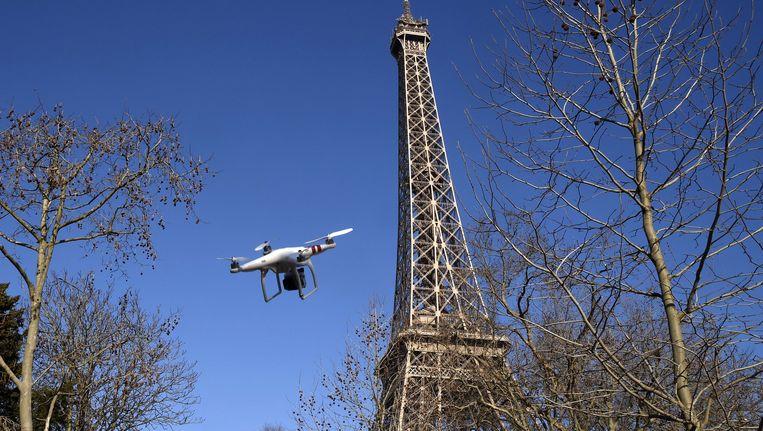 Een voor de gelegenheid gefabriceerde foto van een drone in Parijs. Beeld afp