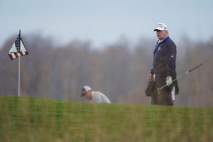 President Donald Trump speelde gisteren golf in de Trump National Golf Club in Sterling, Virginia.