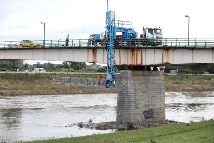 Inspectie aan de Maasbrug van Maaseik.