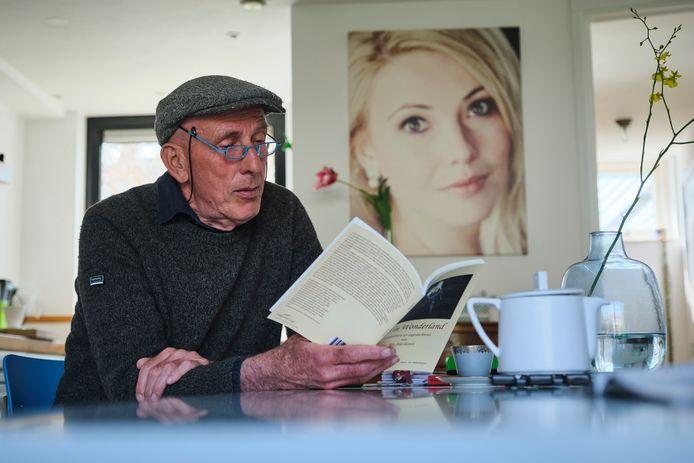 Jan Alderliesten leest voor uit zijn gedichtenbundel 'Els in Wonderland'. Een portret van zijn verongelukte dochter hangt op de achtergrond.