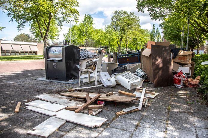 Gedumpt grof huishoudelijk afval naast een restafvalcontainer in Holtenbroek. Nu nog kunnen inwoners dagelijks Rova bellen om grof huishoudelijk afval op te halen aan huis, vanaf 1 maart 2021 kan dat nog slechts één keer per jaar.
