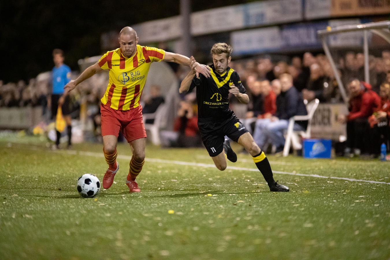 Frank Jansen in actie voor DOS Kampen in de derby met Go Ahead Kampen. Jansen speelt volgend seizoen bij SVI in Zwolle.