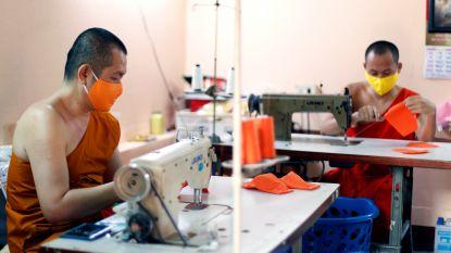 Thaise monniken maken mondmaskers van gerecycleerd plastic