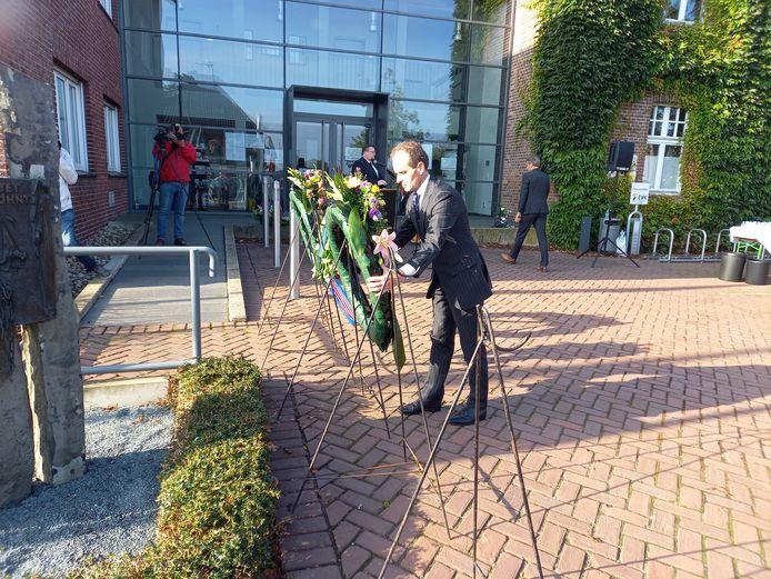 Burgemeester Mark Slinkman legt een krans bij het monument in Kranenburg, ter herdenking van twee Amerikaanse krijgsgevangenen die werden doodgeschoten.
