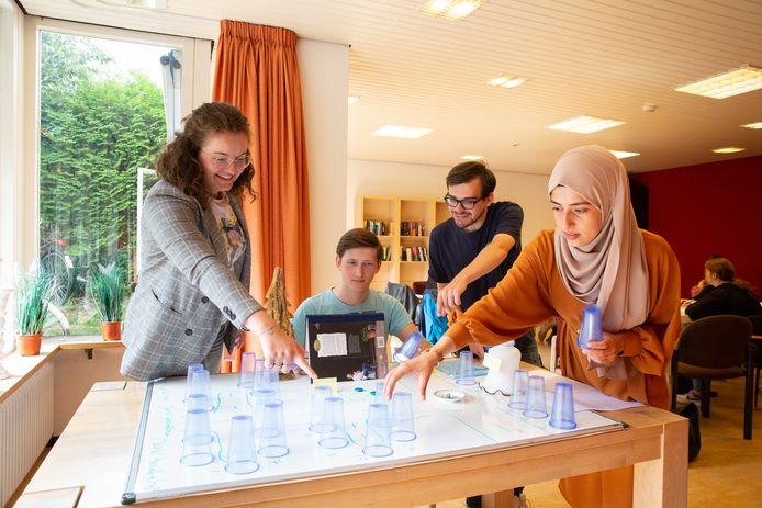 Fontys-studenten maken een maquette om de wijk in kaart te brengen. Vlnr: Imke Cartigny, Thomas Worms, Jarno Craemers en Muzeyyen Kanusagu.