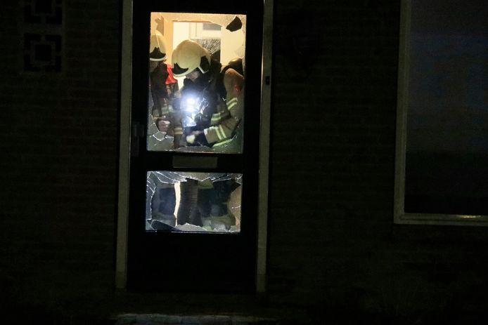 Brandweer bekijkt de schade in de woning in Sambeek.